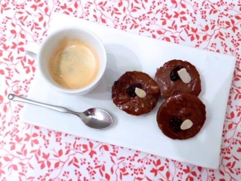 Mini-fudges crus au cacao, amandes et cranberries - C'Végétal