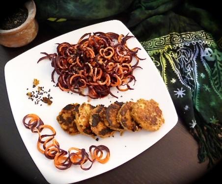 Bali imaginaire : croquettes de tempeh et nouilles de carottes dragon au beurre de cacahuètes et épices