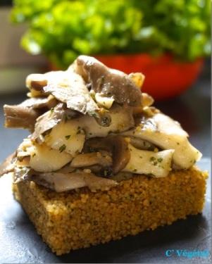 Pleurotes sautées sur galette de couscous complet, à l'ail et au persil - C'Végétal
