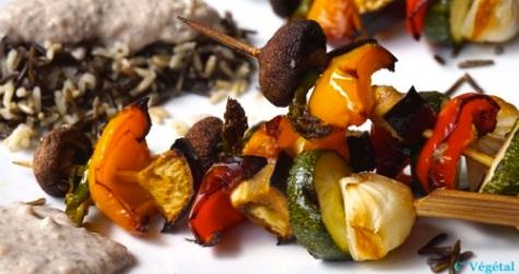 Brochettes de légumes sur riz mélangé, crème de chou fleur, champignons et noisettes - C'Végétal