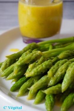 Asperges des bois pochées, sauce moutarde, coriandre et citron vert - C'Végétal