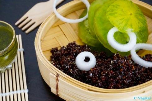 Salade de tomates Green Zebra, quinoa noir et oignon nouveau à la vinaigrette au thé matcha - C'Végétal