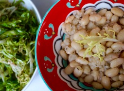 Haricots blancs et salade aillée // White beans and garlicky green salad - C'Végétal