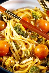 wok-epice-sucre-sale-aux-tagliatelles-thai-de-riz-brocoli-tomates-cerises-graines-de-sesame-dore