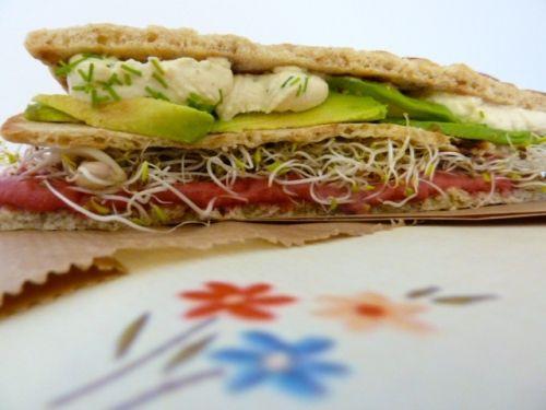 Sandwich crème de betterave et avocat