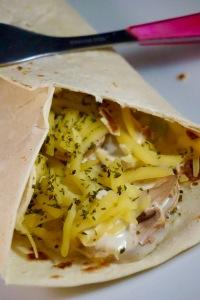 Piadina aux oignons blancs, champignons, ail des ours et fromage végétal