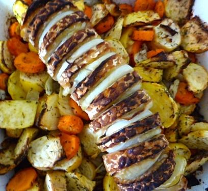 Rôti de tempeh laqué aux oignons sur lit de navets et carottes